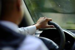 Azionamento un'automobile/volante Immagini Stock