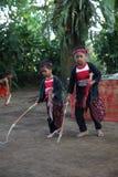 Azione dai giovani orfani di un cacao, di un caffè e di una piantagione della spezia al villaggio di Kalibaru in Java Indonesia o fotografia stock libera da diritti