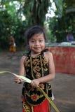 Azione dai giovani orfani di un cacao, di un caffè e di una piantagione della spezia al villaggio di Kalibaru in Java Indonesia o Immagine Stock