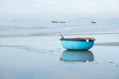 Azione del coracle alla spiaggia, paesino di pescatori in Hai lungo Fotografia Stock Libera da Diritti