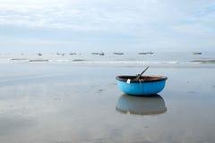 Azione del coracle alla spiaggia, paesino di pescatori in Hai lungo Immagine Stock Libera da Diritti