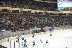 Azione del hockey su ghiaccio con la folla incoraggiante Immagine Stock Libera da Diritti