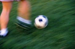 Azione di calcio nella sfuocatura di movimento di lasso di tempo Fotografia Stock Libera da Diritti