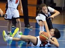 Azione di pallacanestro delle ragazze Immagine Stock