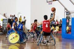 Azione di pallacanestro di sedia a rotelle degli uomini Fotografia Stock