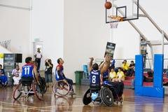 Azione di pallacanestro di sedia a rotelle degli uomini Fotografie Stock Libere da Diritti