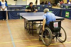 Azione di ping-pong della sedia a rotelle degli uomini Fotografie Stock Libere da Diritti