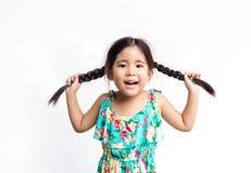 Azione divertente del gioco asiatico della ragazza con i suoi capelli del cavallino Immagine Stock Libera da Diritti