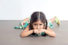 Azione divertente del gioco asiatico della ragazza sul pavimento Fotografia Stock Libera da Diritti