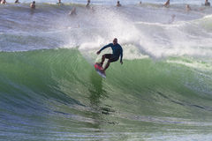 Azione praticante il surfing del surfista fotografie stock libere da diritti