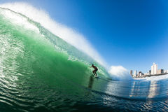 Azione praticante il surfing dell'acqua delle onde Fotografia Stock