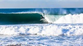 Azione praticante il surfing di Wave del surfista fotografia stock libera da diritti