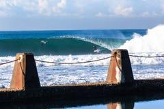 Azione praticante il surfing di Wave del surfista fotografie stock libere da diritti