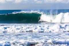 Azione praticante il surfing di Wave del surfista immagini stock libere da diritti