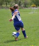 Azione teenager 2 di calcio della gioventù fotografia stock