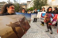 Azioni dei partecipanti di arte contemporanea - esposizione di camminata bruciante della foto dell'uomo Immagine Stock
