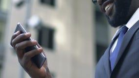Azionista che per mezzo del app sullo smartphone per seguire facilmente aumento dei suoi beni video d archivio