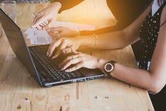 Azja biznesowe kobiety pracuje wraz z harmonią w biurze zdjęcia stock