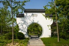 Azja chińczyk, Pekin, Ogrodowy expo, Ogrodowy budynek, biel ścienna szarość tafluje kółkowego drzwi Obrazy Stock