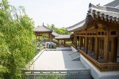 Azja chińczyk, Pekin, Yu ogród, Klasyczna ogrodowa architektura, Drewniany pawilon, deptak Obraz Royalty Free