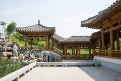 Azja chińczyk, Pekin, Yu ogród, Klasyczna ogrodowa architektura, Drewniany pawilon, deptak Fotografia Stock