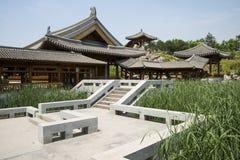 Azja chińczyk, Pekin, Yu ogród, Klasyczna ogrodowa architektura, Drewniany pawilon, deptak Obraz Stock