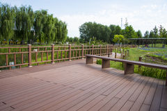 Azja Chiny, Pekin, Changyang park, Ogrodowy sceneryï ¼ Œwooden most Obraz Stock