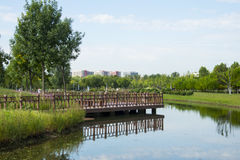 Azja Chiny, Pekin, Changyang park, Ogrodowy sceneryï ¼ Œwooden most fotografia stock