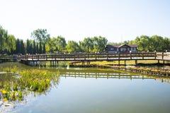 Azja Chiny, Pekin, Guta park, ogrodowy budynek drewniany bridgeï ¼ Œwooden dom Obraz Stock