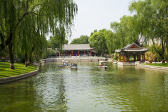 Azja Chiny, Pekin, Longtan jeziora park, lato krajobraz, Nadbrzeżny pawilon, statek wycieczkowy fotografia stock