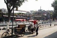 Azja, Chiny, Pekin, Shichahai, Hutong wycieczka turysyczna, trójkołowiec, riksza zdjęcie stock