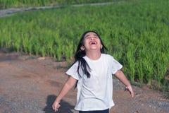 Azja dzieciaka dziewczyny pozycja, plenerowy światło słoneczne Zdjęcia Royalty Free