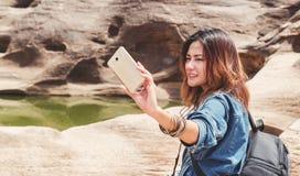 Azja kobieta bierze fotografię Obrazy Royalty Free