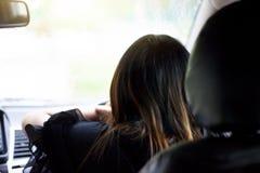 Azja kobieta jedzie samochód obraz stock