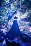 Azja kobieta w czerni długiej sukni z umbella pozycją na lesie Zdjęcia Stock
