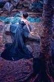 Azja kobieta w czerni długiej sukni z umbella pozycją na lesie Zdjęcie Royalty Free