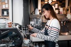Azja kobiety Barista odzieży fartuch robi gorącemu kawowemu menu dla zwyczaju fotografia stock