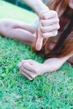 Azja kobiety kłama z ręką pokazuje kciuka puszek Zdjęcia Stock