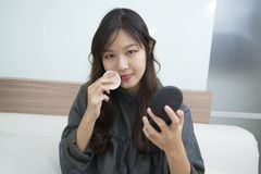 Azja kobiety makeup twój twarz Makijażu zbliżenie Kosmetyka Prochowy Br Zdjęcia Stock