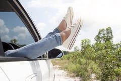 Azja kobiety relaksują czas na samochodzie zdjęcie stock