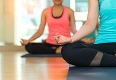 Azja ludzie ćwiczy i ćwiczy zasadniczy medytują joga w klasie zdjęcia stock