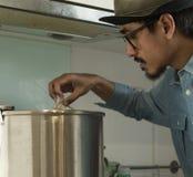 Azja mężczyzna parzenia piwo Zdjęcia Stock