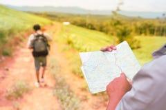 Azja mężczyzna podróżnika mężczyzna z mapa plecakiem Zdjęcie Stock