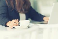 Azja młoda biznesowa kobieta w kawiarni Zdjęcie Stock