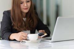 Azja młoda biznesowa kobieta w kawiarni Obrazy Royalty Free