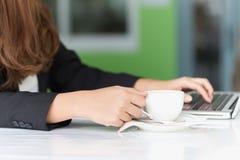Azja młoda biznesowa kobieta w kawiarni Fotografia Royalty Free