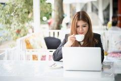 Azja młoda biznesowa kobieta w kawiarni Zdjęcia Royalty Free