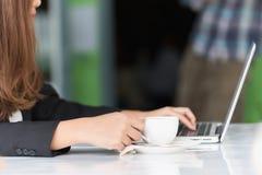 Azja młoda biznesowa kobieta w kawiarni Obraz Stock