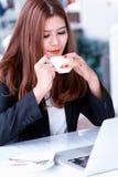 Azja młoda biznesowa kobieta w kawiarni Zdjęcia Stock