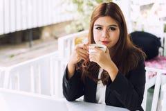 Azja młoda biznesowa kobieta w kawiarni Obraz Royalty Free